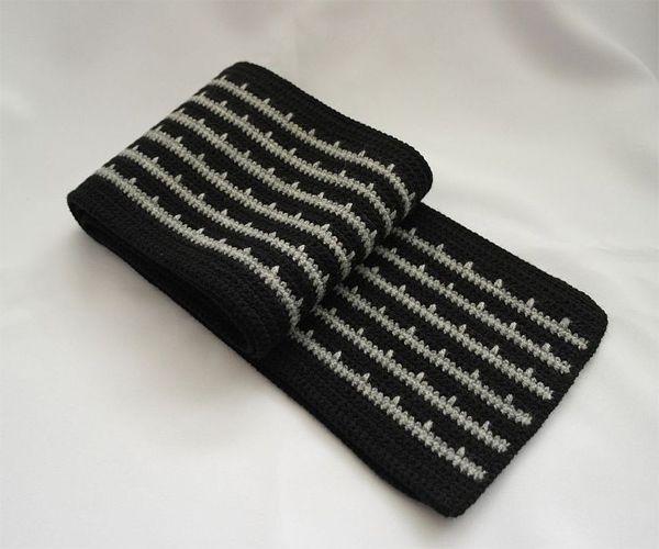 Если вы умеете вязать - сделайте подарок близкому человеку своими руками, - свяжите ему шарф. Для холодной зимы этот подарок будет очень кстати, не правда ли?