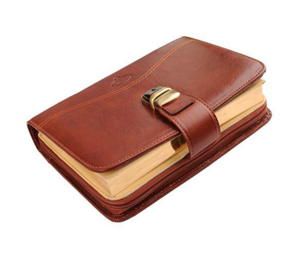 Выбираете подарок деловому человеку? Подарите ему ежедневник. Главное - не скупитесь, он должен быть красивым и качественным, желательно, из натуральной кожи.