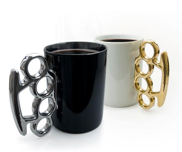 Чашка с ручкой в виде кастета - отличный подарок другу или брату. Подойдет тем, кто не имеет возможности покупать дорогие подарки.