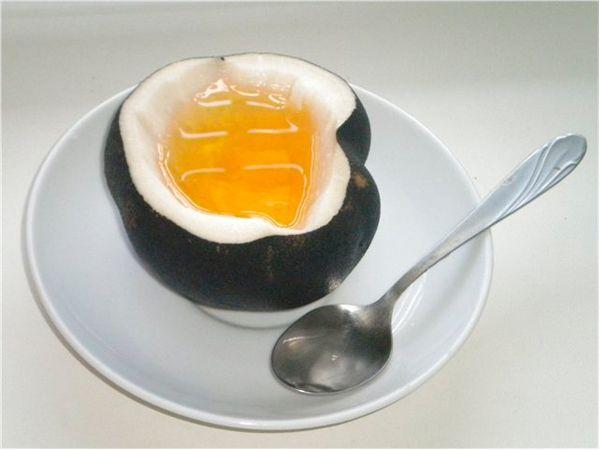 Черная редька. Редька обладает замечательными полезными свойствами. Это одно из самых давних и проверенных народных средств от кашля.  Самый знаменитый способ: редьку хорошенько промыть, вырезать середину и заполнить выемку медом, оставить на 24 часа. Мед принимать по 1 чайной ложке 3-4 раза в день.