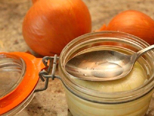 Для приготовления этого эффективного средства от кашля вам понадобиться: лук и сахар.  Несколько средних луковиц натрите на терке или мелко порежьте. В получившуюся луковую кашицу добавьте две столовые ложки сахара. Готовую массу оставьте настаиваться несколько часов.  В течение дня необходимо выпить образовавшийся сладкий луковый сок и съесть луковую кашицу.