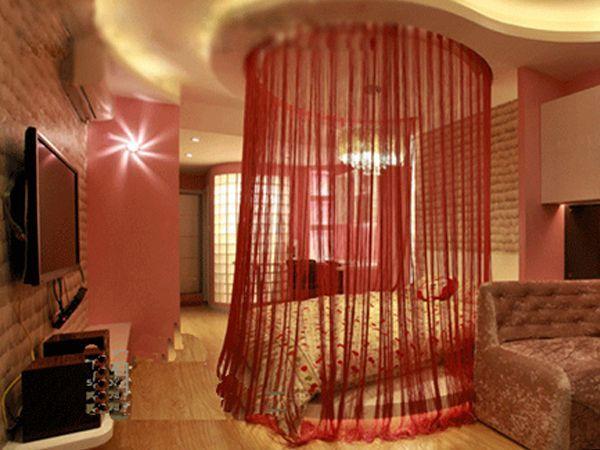 В отдельных случаях нитяные шторы в интерьере используют даже в комбинации с традиционными портьерами, заменяя нитями привычный тюль – это выглядит очень новаторски и эклектично.
