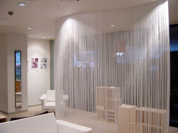 Нитевые шторы изготавливаются из специальной нити, размеры таких нитей могут быть различными, обычно такие шторы шьются по заказу в специальном ателье.