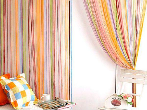 Наиболее логичное и традиционное решение, использовать шторы-нити в интерьере, декорировав ими окно. Если говорить о практической стороне вопроса, то такие шторы совершенно не затеняют и не прячут комнату от солнечных лучей.