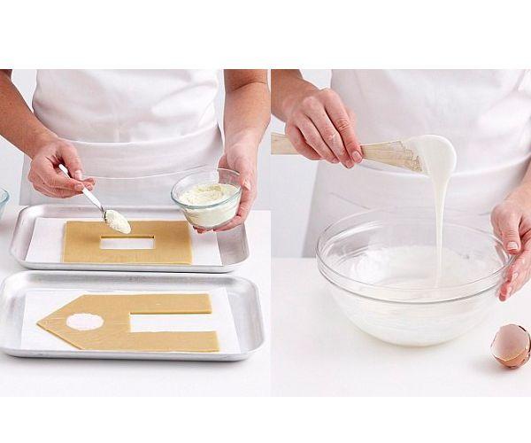 После того как пряничные заготовки остынут, начинаем украшать глазурью. Если честно, из обычного пакета получается легче, чем из кондитерского мешка.