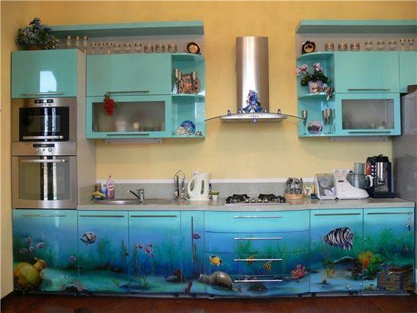 Пластиковая мебель не только уместна в любом помещении дома включая кухню, но и крайне функциональна. Высокотехнологичные материалы, из которых изготавливают сегодняшнюю пластиковую мебель, во-первых, крайне прочны и вряд ли износятся раньше остального гарнитура, во-вторых, экологичны и легко поддаются переработке.