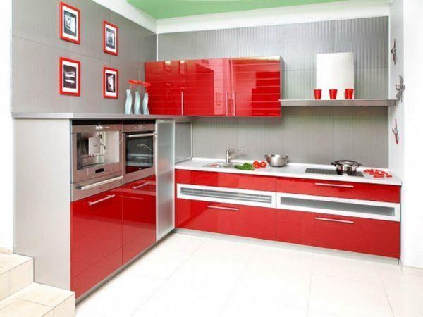 Хромированный холодильник, блестящая матовая вытяжка или медная раковина хорошо впишутся практически в любой интерьер. Единственный нюанс — температура оттенков. Холодный металлический блеск стоит дополнить кухонным декором теплых тонов.