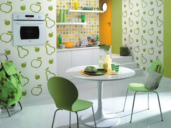Если нет возможности поменять всю мебель в кухонной зоне, то начните с деталей, которые способны творить чудеса. Например, кухонные помещения со стеклянными фартуками ярких тонов изменять ощущение от пространства.