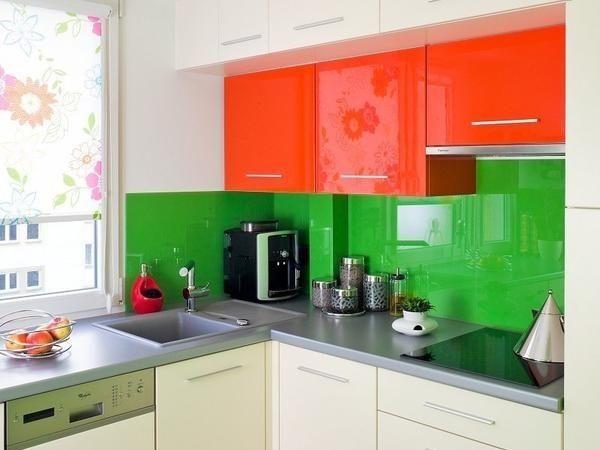 Не обязательно делать основной тон помещения, то есть цвет стен, потолка и пола каким-то особенно ярким, достаточно только выбрать яркие фасады мебели или присмотреться к кухням со стеклянными фартуками сочных цветов.