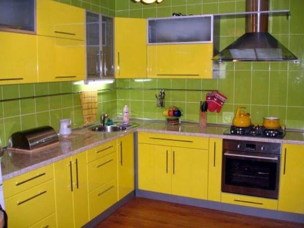 Если вы не любите яркую кухонную мебель, можно, наоборот, мебель сделать спокойных оттенков, а стены и окружающий интерьер оживить яркими красками и декором.