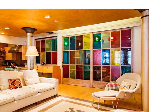 Подбирая принты, следует учитывать стиль, в котором оформлен интерьер. Если ваша гостиная выдержана в африканском стиле, то и узоры должны быть соответствующими. Они должны дополнять друг друга, а не противоречить.