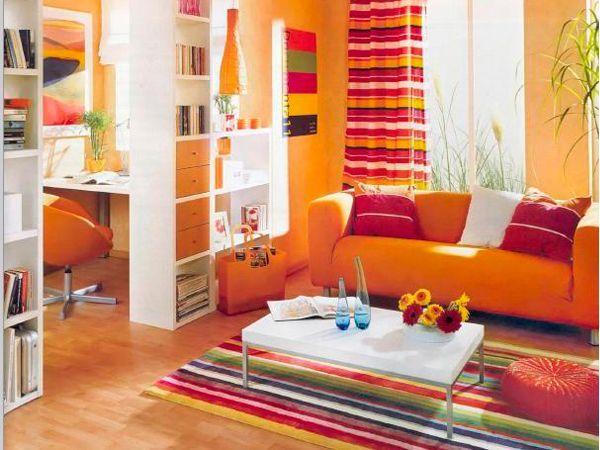 Если вы не уверены, стоит ли окрашивать стены в яркие цвета, но и спокойные тона вас тоже не вдохновляют, то можно попробовать компромиссный вариант – поклеить яркие броские фотообои, повесить постер или большую картину-полотно.