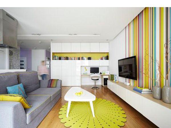 Классический цвет при оформлении яркой гостиной считается лишь дополнением к интерьеру, но, если отойти от стереотипов и розовые, красные, зеленые и фиолетовые тона взять за основу, то можно добиться неожиданного эффекта.