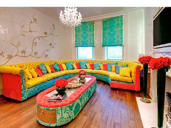 Мелкие предметы интерьера – красочные подушки на диванах, яркие полосатые пледы  будут прекрасно сочетаться с бледными стенами и мебелью.