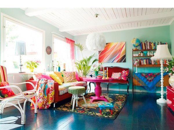 Немного солнца и пляжной тематики – например, плетеный стул с яркими подушками и солнечными картинами освежат любой интерьер и напомнят о лете, особенно в суровую русскую зиму.