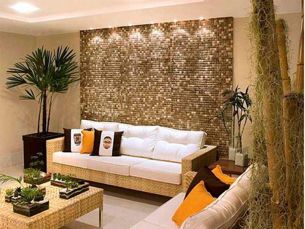 Главное помнить, что всего должно быть в меру. В дизайне гостиной должно прослеживаться единство стиля, несмотря на огромное разнообразие этого материала .Кроме того, использование декоративной мозаики, позволяет зонировать пространство или видоизменять его.