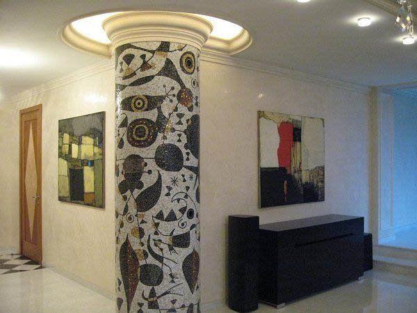 Мозаикой в интерьере оформляется даже мебель и архитектурные детали. Благо, искривленная геометрия поверхностей не является препятствием для использования мозаики.
