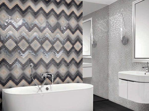 В ванной она используется в качестве отделочного материала и декора одновременно. Мозаикой выкладывают пол, облицовывают стены, декорируют ванны, раковины, зеркала.