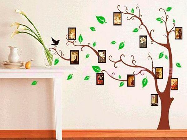 Необычно будет смотреться дерево, нарисованное на стене акриловыми красками. Можно дополнить композицию рамочками с фотографиями или  картинками.
