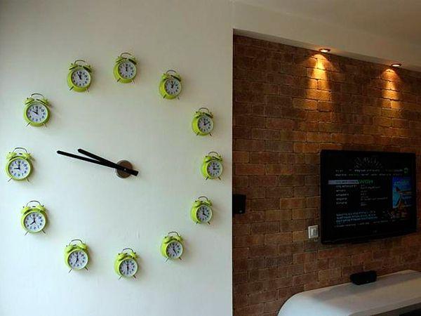 Стену можно украсить часами. Да не простыми, а вот такими, огромными. Для этого вам пригодится аж 12 одинаковых будильников. Впрочем, вместо них можно использовать все, что угодно.