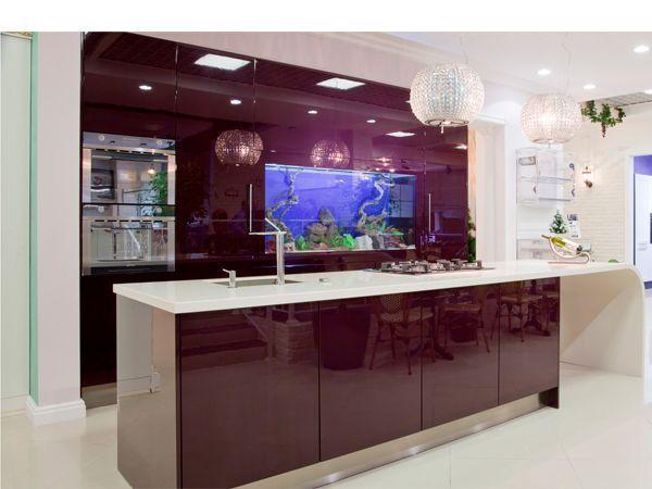 Для общего интерьера квартиры большое значение имеет подсветка аквариума. Цвет воды задается с помощью спектральных ламп, вмонтированных в крышку: красные, желтые, зеленые, синие, фиолетовые.