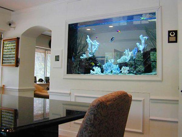 Не пытайтесь вписать квадратный или прямоугольный аквариум в комнату, где отсутствуют углы и наоборот, круглый аквариум не будет смотреться должным образом в комнате с большим количеством острых углов.