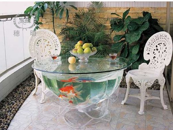 Аквариум-стол никого не оставит равнодушным. Это непередаваемое зрелище! К тому же, менять воду в таком аквартиуме гораздо проще, чем в аквариуме, который крепится к стене.