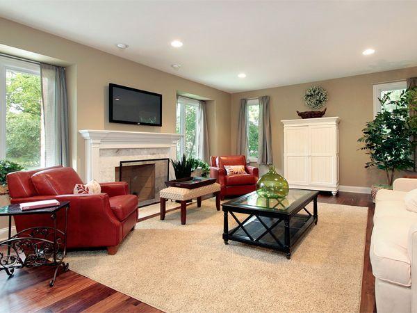 Кожей обивают диваны и кресла, пуфы и банкетки, спинки и сиденья мягких стульев и компьютерных кресел.