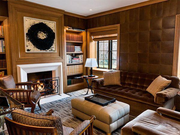 В результате отделки такими обоями, комната будет выглядеть этнически. Ошибкой будет оклеивание кожаными обоями всех стен.