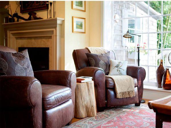 В комнате или отдельной зоне, где проходимость невысока, кожу можно постелить и на полу — причем не только в виде ковра из выделанной шкуры.