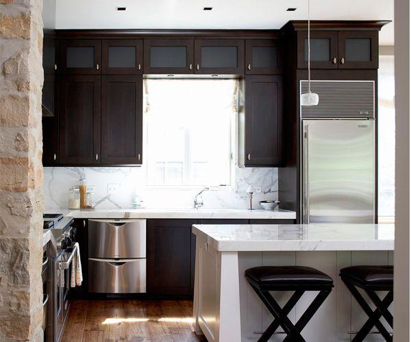 Для небольших площадей, где нужно создать видимость большего, чем имеется, пространства, следует выбирать мебель, где доминирующим является один цвет. Если вы решили заказать кухню с разноцветными фасадами, то добьетесь обратного эффекта — и без того маленькая кухня станет еще меньше.
