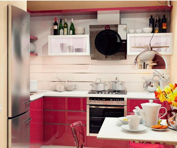 Интерьер маленькой кухни в хрущевке требует от хозяев ограничения в декорировании своей кухни. Дело в том, что излишнее скопление предметов в малом объеме крайне нежелательно. Это создает эффект захламления.