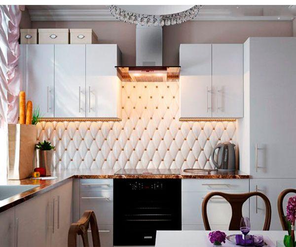 Используйте больше выдвижных ящиков, они позволяют максимально эффективно использовать место в ящике по всей длине, к тому же горизонтальные ящики делают кухню визуально шире и заставляют дизайн маленькой кухни выглядеть более современным.