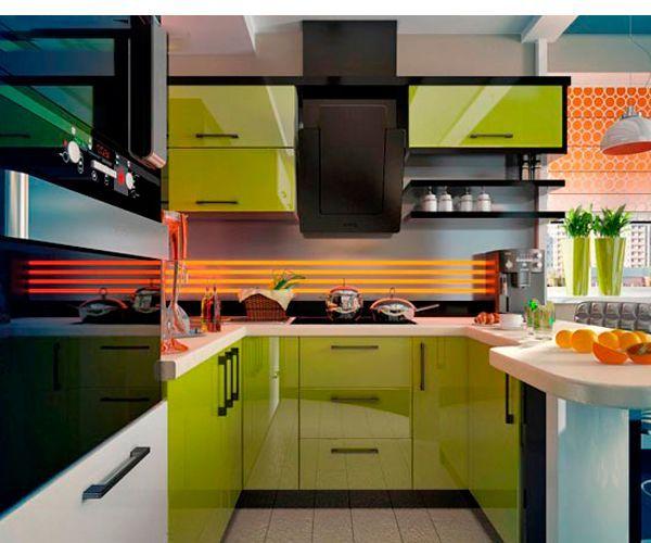 На кухне идеальными вариантами будут глянцевые фасады мебели и оригинальная отделка рабочей поверхности. Например, вместо обычной керамической плитки можно использовать скинали (стеклянный кухонный фартук), изображение для него можно подобрать любое.
