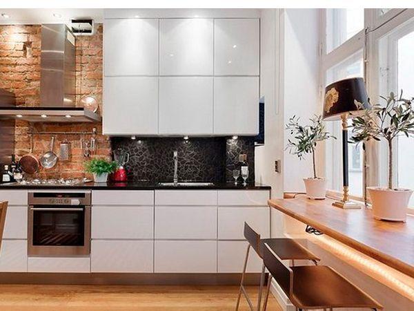 Подоконник-столешница может быть использована в качестве обеденного стола, рабочей поверхности или для монтажа мойки. Используйте для подоконника такой же материал, из которого состоит столешница вашего кухонного гарнитура.