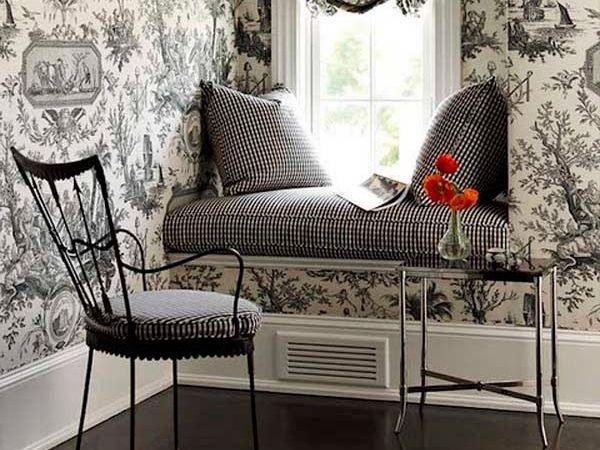 Подоконник-скамейка может служить как дополнительное сидячее место для нескольких человек в столовой, так и уединенное местечко для чтения книг в спальне или библиотеке.