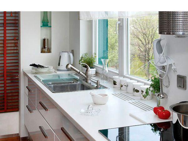 Мойка на подоконнике. Основным требованием в этом случае является высота, которая должна быть не больше и не меньше высоты вашей кухонной мебели(83-93 см).