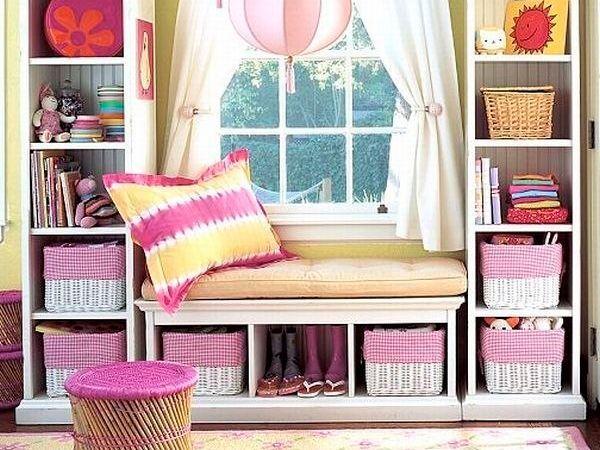 Посмотрите, какие уютные места для отдыха и игр получились в детской комнате благодаря превращению подоконника. В этом интерьере подоконник выглядит частью детской мебели, своеобразной нишей.