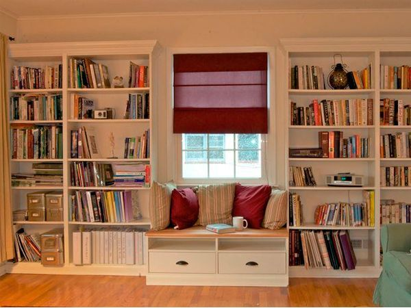 Отличное решение для гостиной. Здесь можно устроиться поудобнее, чтобы почитать любимую книгу или просто посмотреть в окно.