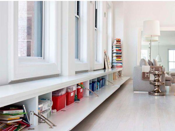 Если ваш подоконник достаточно глубокий ( от 30 см без ширины батареи), под ним можно организовать дополнительные места для хранения. Подоконник-шкаф — отличное место для складирования всего, что не боится теплого воздуха от батареи и сухости воздуха.