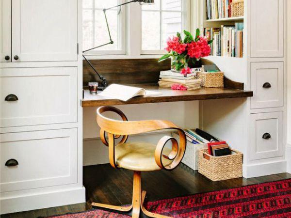 В принципе, любой подоконник можно использовать как рабочий стол, но если его дополнительно модернизировать, снабдив ящиками, увеличив ширину и длину — это будет письменный стол для двоих.