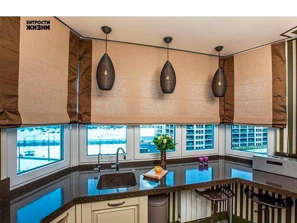 Подоконник-столешница особенно актуален в интерьере узкой кухни,а также любой маленькой кухни. На фото, представленном ниже, подоконник в интерьере кухни использован  в качестве барной стойки и мойки.