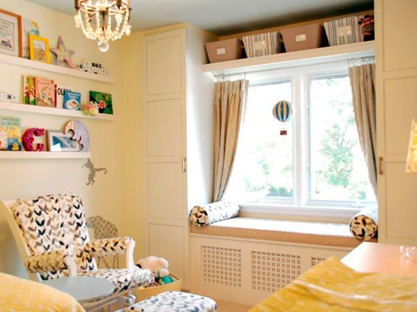 Обратите внимание, что такой подоконник-скамья может помочь вам скрыть объемные радиаторы отопления. Такой вариант можно применить как в детской, так и в спальне или гостиной.
