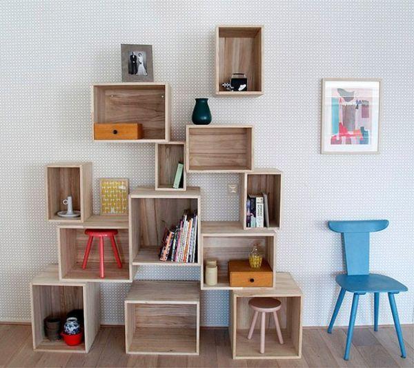 Сложите хаотично деревянные ящики один на другой, скрепите их между собой. Стильный стеллаж готов!