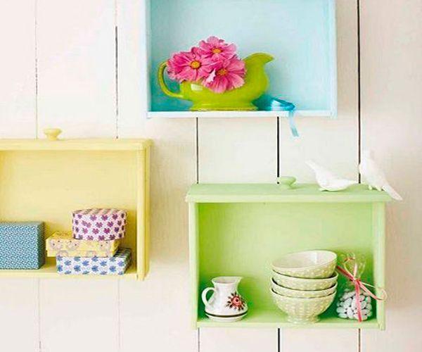 Из старых ящиков можно сделать не только обувную полку, но и полку для посуды. Особенно мило смотрятся такие полочки окрашенные в разные цвета.