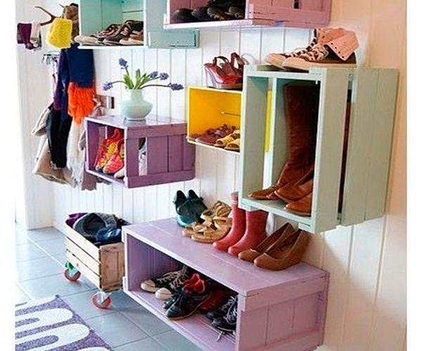 Зачем тратить деньги на дизайнерские полки? Достаточно покрасить деревянные ящики и повесить их на стену. Полки готовы!