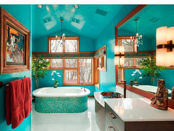Бирюзовый можно использовать в ванной комнате несколькими способами, можно выбрать подходящий тон и оттенок. Это могут быть акцентные стены, которые подчеркнут белизну отдельно стоящей ванны, превратив её в композиционный центр.
