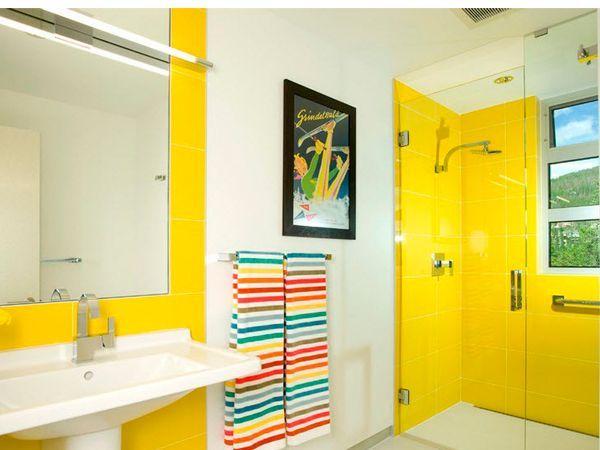 Для ванных комнат подходят не только разнообразные оттенки синего. Можно отдать предпочтение более горячим тонам. Для желающих создать в ванной тёплую и уютную атмосферу отличным выбором станет желтый или оранжевый.