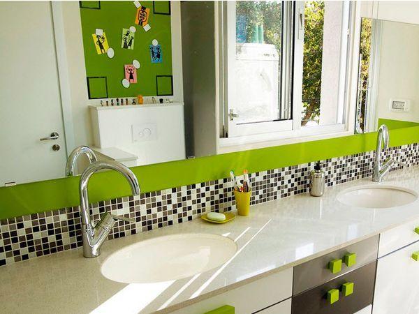 Не рекомендуется делать все стены одинаковыми, побольше вводите разные контрастные окантовки, используя различные материалы. Яркий интерьер можно создать двумя способами: применив многоцветие или же используя один насыщенный цвет.