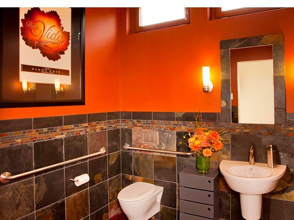 Если раньше дизайнеры рассматривали оранжевый как довольно рисковый цвет, подходящий лишь для акцентов, то в последние годы они изменили своё мнение. Существует большое разнообразие оттенков оранжевого – от интенсивного до спокойного, но все они способны изменить представление о современной ванной комнате.